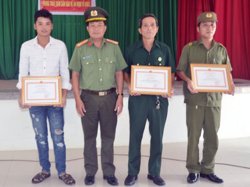 Khen thưởng cá nhân xuất sắc trong truy bắt tội phạm