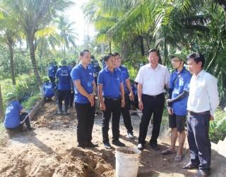 Phó bí thư Thường trực Tỉnh ủy Phan Văn Mãi thăm chiến sĩ Mùa hè xanh tại mặt trận Châu Thành