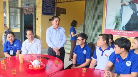 Phó bí thư Tỉnh ủy Trần Ngọc Tam thăm chiến sĩ tình nguyện tại huyện Thạnh Phú