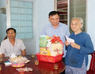 Bí thư Tỉnh ủy Võ Thành Hạo thăm gia đình chính sách huyện Giồng Trôm