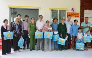 Thăm hỏi, tặng quà gia đình chính sách và học sinh có hoàn cảnh khó khăn tại xã Thạnh Hải