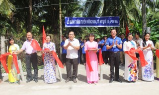 Chiến sĩ tình nguyện Trường Đại học Bách Khoa khánh thành tuyến đường đầu tiên