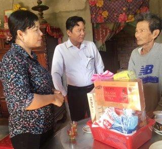 Lãnh đạo tỉnh thăm, tặng quà gia đình chính sách