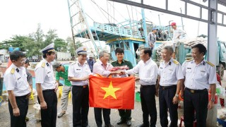 Hải quân Việt Nam: Điểm tựa cho ngư dân vươn khơi, bám biển