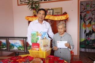 Chủ tịch UBND tỉnh Cao Văn Trọng thăm gia đình chính sách huyện Ba Tri
