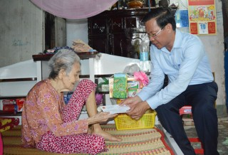 Thăm gia đình chính sách tại huyện Châu Thành, Mỏ Cày Nam, Mỏ Cày Bắc