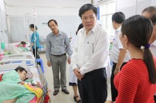 Phó chủ tịch UBND tỉnh Nguyễn Hữu Lập thăm bệnh nhân gia đình chính sách