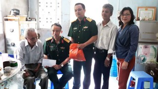 Trường Quân sự tỉnh tặng quà cho thương binh, thân nhân liệt sĩ