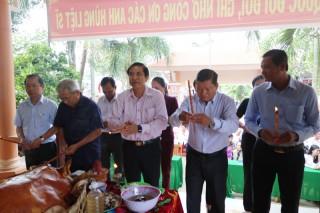 Chủ tịch UBND tỉnh Cao Văn Trọng dâng hương đền thờ liệt sĩ tại Ba Tri