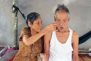 Đôi vợ chồng già bệnh đang cần giúp đỡ