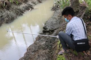 Lấy mẫu nước khu vực hố chôn lấp heo bệnh