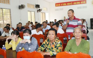 Tiếp xúc, phúc đáp ý kiến của ngư dân huyện Ba Tri