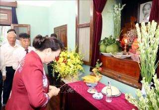 Chủ tịch Quốc hội Nguyễn Thị Kim Ngân dâng hương tưởng niệm Chủ tịch Hồ Chí Minh