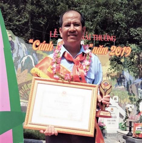 """Anh Lê Văn Hiền nhận Giải thưởng """"Cánh én hồng"""" năm 2019"""