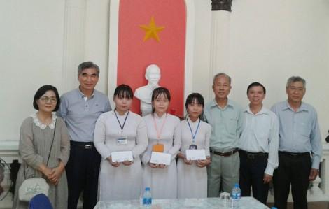 Tổ chức Helping Hands trao học bổng cho 3 sinh viên