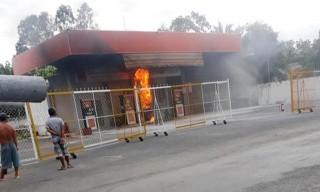 Cháy cửa hàng xăng dầu ở Ba Tri