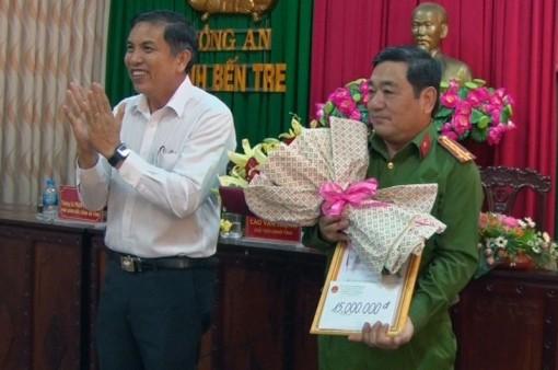 Chủ tịch UBND tỉnh khen thưởng đột xuất cho Công an tỉnh