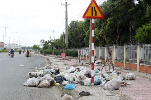 Rác thải xuất hiện nhiều trên quốc lộ 57B