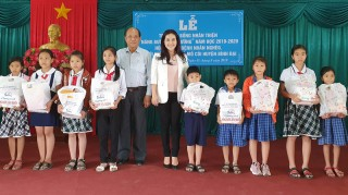 Trao học bổng và tặng học phẩm, quà cho học sinh huyện Bình Đại