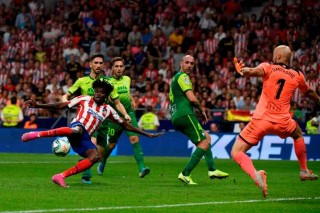 La Liga:  Atletico Madrid nhọc nhằn đánh bại Eibar