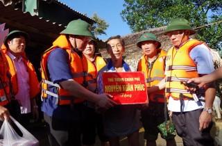 Phó Thủ tướng Vương Đình Huệ thăm hỏi người dân vùng lũ Hà Tĩnh