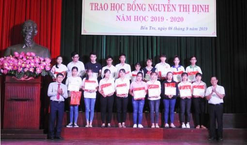 Trao 275 suất học bổng Nguyễn Thị Định