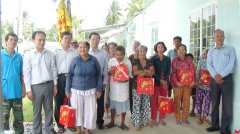 Tặng 24 suất quà bánh cho bà con tại Làng Hữu nghị Việt - Hàn
