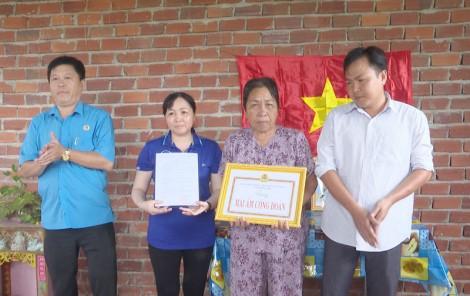 """Bàn giao 3 căn nhà """"Mái ấm công đoàn"""" tại huyện Thạnh Phú"""
