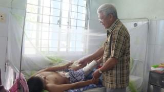 Thăm hỏi, động viên nạn nhân bị điện giật tại huyện Thạnh Phú