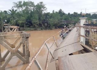 Xà lan đâm sập cầu Sông Mã