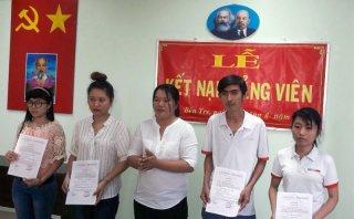 Toàn tỉnh kết nạp 597 đảng viên mới