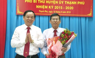 Công bố và trao quyết định chuẩn y Phó bí thư Huyện ủy Thạnh Phú