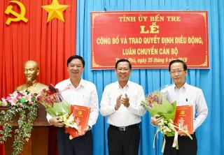 Trao quyết định luân chuyển, điều động cán bộ tại huyện Thạnh Phú