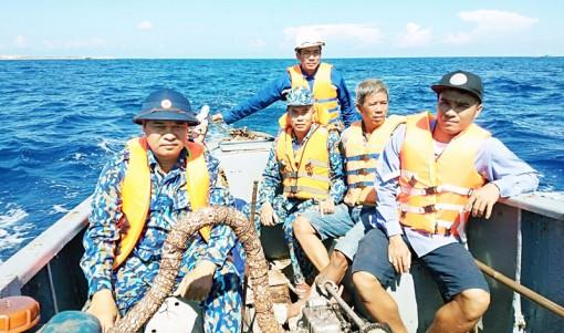 Cứu nạn 12 ngư dân Bình Định bị chìm tàu tại Đảo Đá Tây