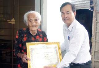 Lãnh đạo Ủy ban MTTQ TP. Bến Tre thăm người cao tuổi