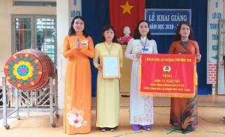 Công đoàn cơ sở Trường THCS An Khánh nhận cờ xuất sắc