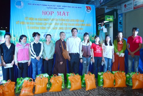100 thanh niên công nhân có hoàn cảnh khó khăn được nhận quà hỗ trợ