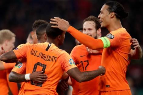 Hà Lan vất vả giành  3 điểm