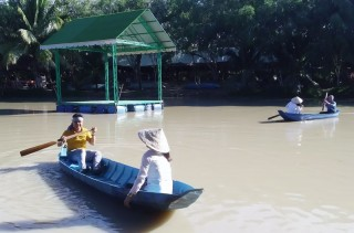 Chuẩn bị giải đua xuồng tại Lễ hội Dừa