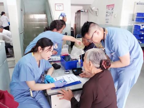 Tổ chức đăng ký khám, điều trị bệnh cho người nghèo