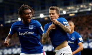 Everton thoát nhóm xuống hạng