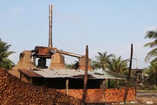 Lấy mẫu khói 3 cơ sở sản xuất than
