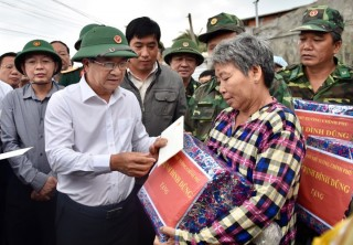 Phó Thủ tướng Trịnh Đình Dũng kiểm tra công tác ứng phó bão