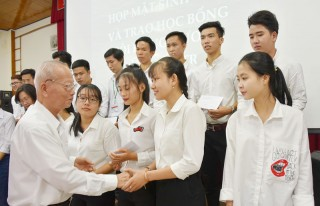 Trao học bổng cho sinh viên Bến Tre tại Cần Thơ