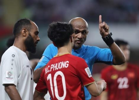 Trọng tài Ahmed Al-Kaf cầm còi trận Việt Nam và Thái Lan