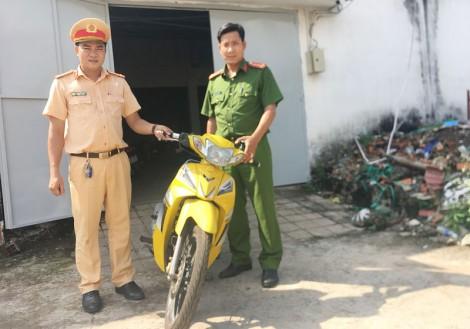 Bàn giao xe mô tô bị mất trộm cho cơ quan cảnh sát điều tra