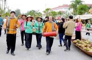 Di sản văn hóa hòa vào lễ hội