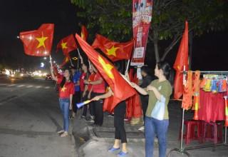 Người dân xuống đường ăn mừng chiến thắng bóng đá nam tại SEA Games 30