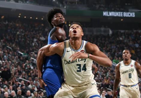Giannis Antetokounmpo cùng Milwaukee Bucks nối dài mạch bất bại