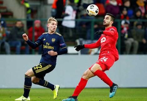 Arsenal vào vòng knock-out với Frankfurt